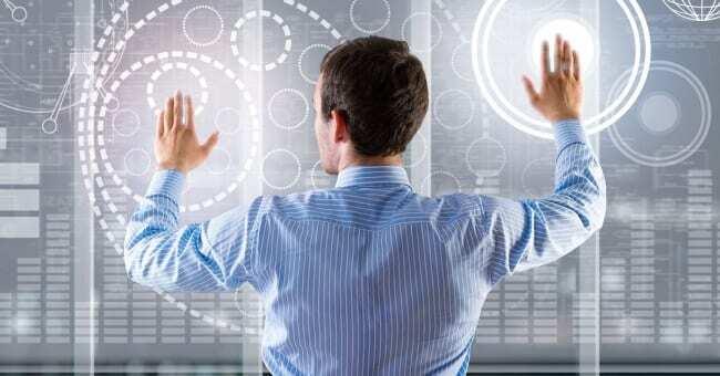Profissional capacitado da indústria 4.0 com roupa social. Pessoa está com braços abertos, de costas para nós, fazendo movimentos que mostra que está usando a tecnologia para otimizar seu trabalho.
